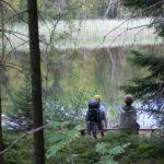 Vila på bänken vid Barnasjön på Pilgrimsled Hjo-Kungslena